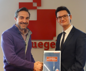 Secretary General Matt Dann of Bruegel receives the first issue of the European Policy Review from EST President Marten Kooistra