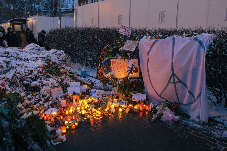 Memorial_to_November_2015_Paris_attacks_at_French_embassy_in_Moscow_12